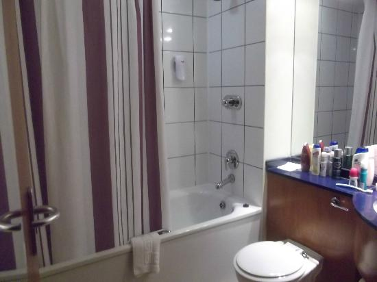 Premier Inn Manchester City Centre (Arena/Printworks) Hotel: bath with overhead shower