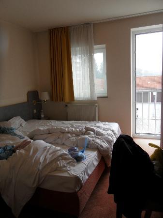 Hotel Garni Schwertfirm : Letto e finestrone