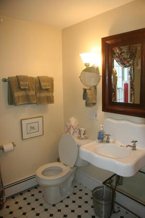 Middle Bay Farm Bed & Breakfast: Garden Room Bath
