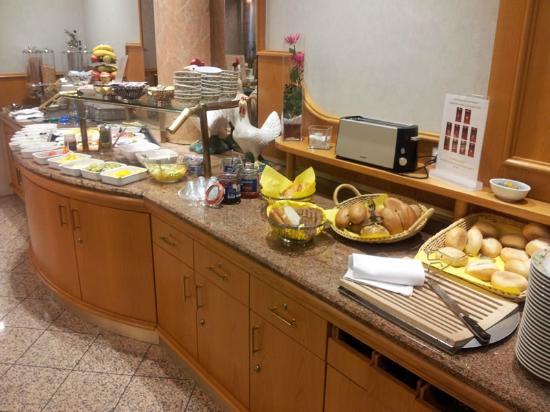 Hotel Stadt München: Tasty breakfast spread