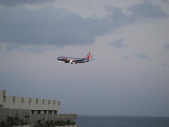 Beatriz Playa & Spa: View of plane landing from our balcony. No noise if balcony door closed.