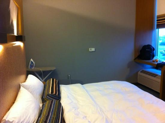 Aloft Milwaukee Downtown: Bedroom and loft view