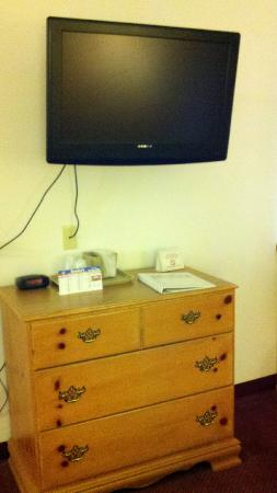 Northwoods Inn & Suites: Main Room TV