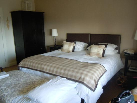 The Hazelton Guest House: Very very big and comfy bed
