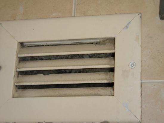 Ramada Plaza Marco Polo Beach Resort : ventilacion sucia