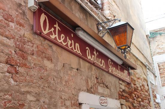 Osteria Antico Giardinetto: the low profile sign