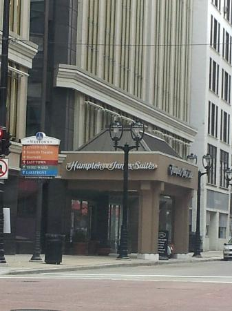 Hampton Inn & Suites Milwaukee Downtown: Front of hotel from across the street