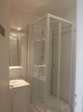 Marina Bay Hotel: our bathroom