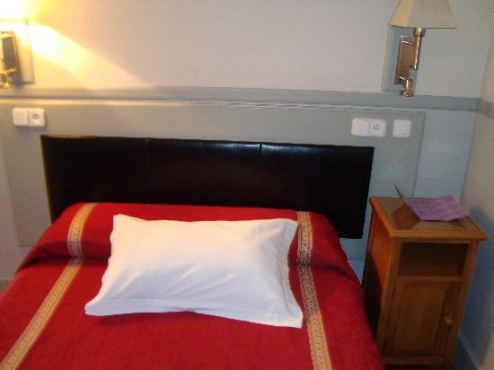 Hostal Canovas: La cama de la habitación