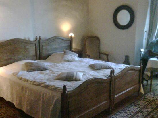 Hotel Restaurants du Chateau d'Agneaux : Beds and furniture