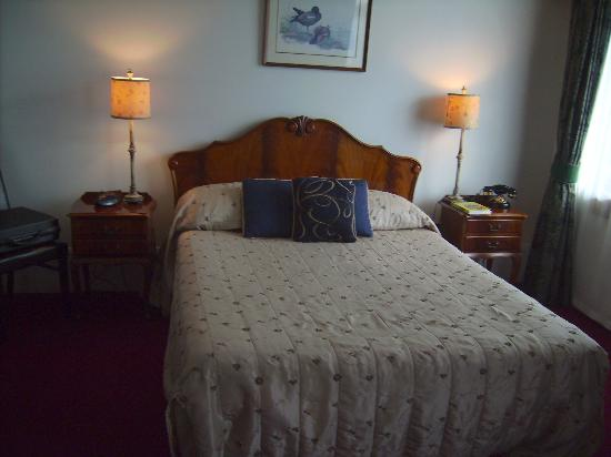 The County Hotel Napier: Queen-sized bed
