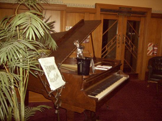 The County Hotel Napier: Piano in lobby
