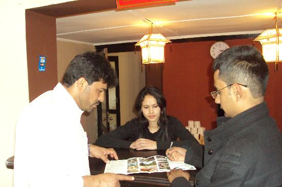 Pariwar B&B : Hotel manager explaining the map