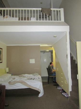 Toowong Inn & Suites: Loft room, 2 twins upper level
