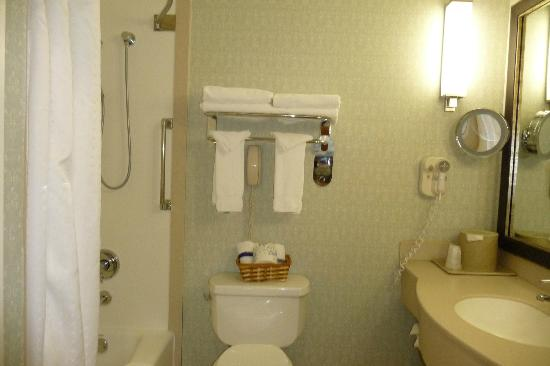 Holiday Inn Express Hotel & Suites Pacifica: Bathroom