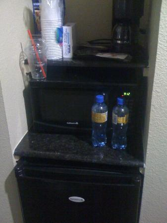 Days Inn Kemah: Room is equipped with a coffee maker, microwave and small refrigerator