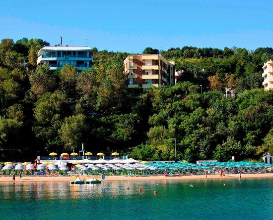 Hotel Promenade Gabicce Mare: Hotel Promenade Gabicce. Giallo/Marrone. Sentiero per scendere in spiaggia.
