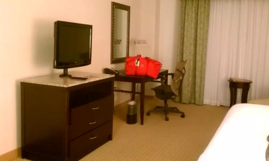 Hilton Garden Inn Arlington/Shirlington: Room 524: Flat screen tv and workstation area