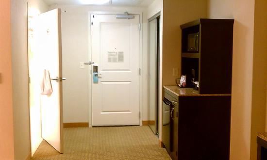 Hilton Garden Inn Arlington/Shirlington: Room 524: front door, door leading to bathroom,and fridge/microwave
