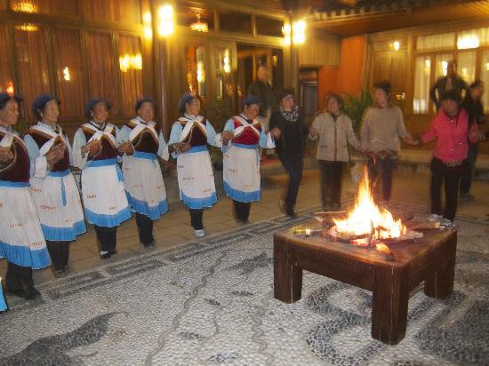 Huifeng Inn Shuhe: Naxi square dance in the courtyard of the hotel