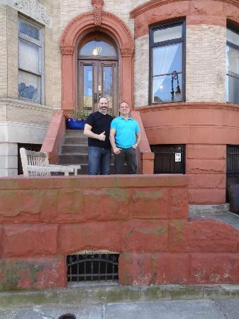 Lefferts Manor Bed & Breakfast: Mark and me in front of the Hotel