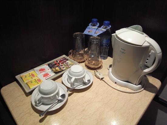 Grand Sunset Angkor Hotel: ミネラルウォーターとインスタントコーヒー