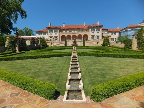 庭園から見た美術館 - タルサ、P...