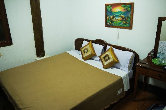 Rattana Guest House: Fan room