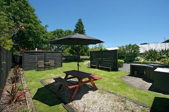 16 Northgate Motor Lodge: BBQ/garden area