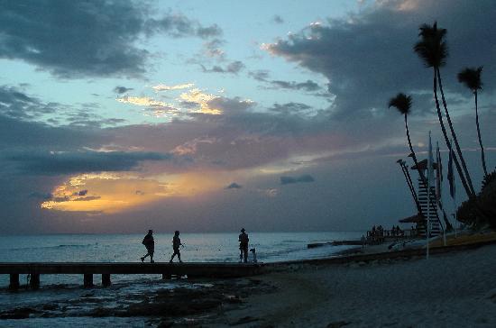 Public beach of Dominicus at Bayahibe : Abenddämmerung. Die Steine sind deutlich zu sehen.