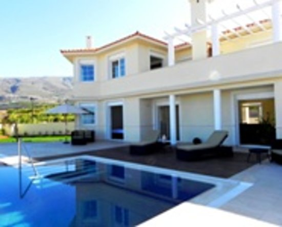Quiet villa with pool and 39 zen 39 decor review of villa for Decor international adeje tenerife