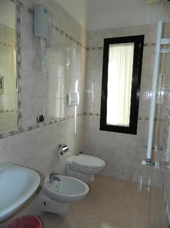 Hotel Nuova Mestre: Bathroom