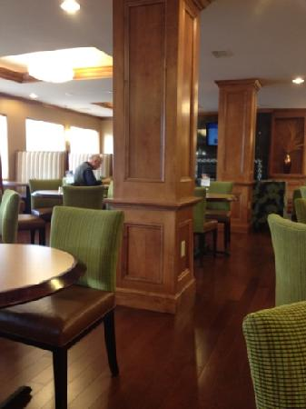 Holiday Inn Express & Suites: clean, spacious dining area