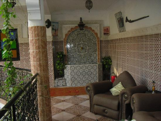 Riad Chennaoui: Outside our room, seating and water fountain