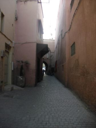 Riad Chennaoui: narrow streets of the riad outside