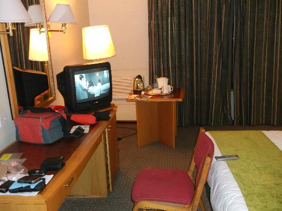 Holiday Inn Harare: Desk and TV