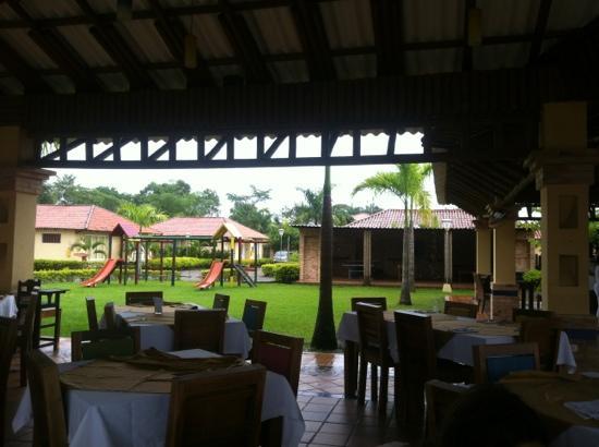 Hotel Paloverde - Villas Campestres: Vista desde el Restaurante a las villas.