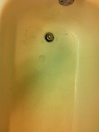 East Syracuse Inn: Worn tub