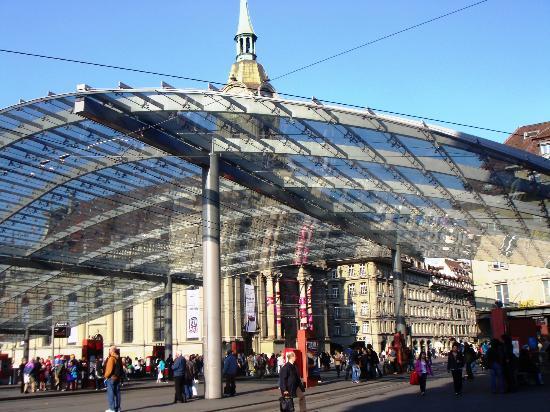 Bahnhof Bern: La pensilina sul piazzale della stazione