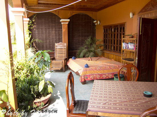 Bayon Garden Guesthouse: Terrasse wo es Frühstück gibt