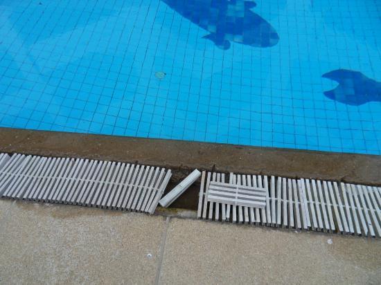 River View Place Hotel : piscine dangeureuse