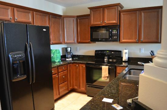 Emerald Greens Condo Resort: fully equipped kitchen made cooking small meals a breeze