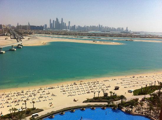 Atlantis, The Palm: Blick nach Dubai Marina über den Pool