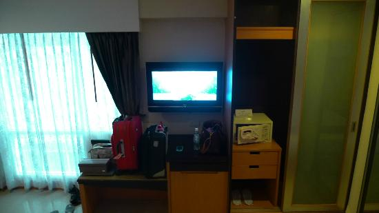 Citin Pratunam Hotel by Compass Hospitality: TV area... spacious enough to keep our cabin-sized luggage open actually!