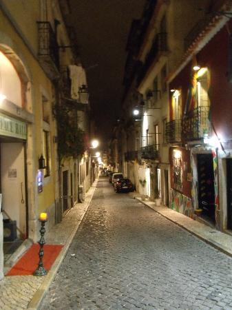 Alface Hostel Lisboa: Hostel's street