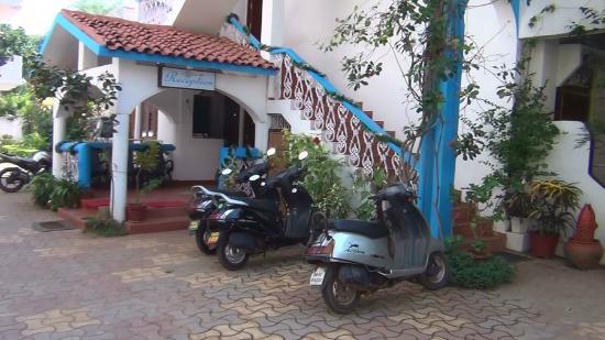 Cap's Corner: Front courtyard / Parking / Reception area