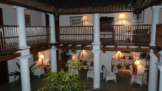 The Kandy House: Innenhof abends beleuchtet