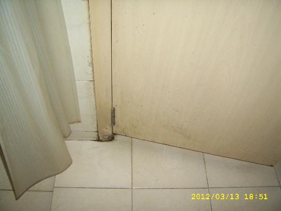 Uday Samudra Leisure Beach Hotel & Spa: Dirty Bathroom