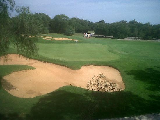 Onyria Marinha Edition Hotel & Thalasso: Vista do quarto, green do campo de golfe