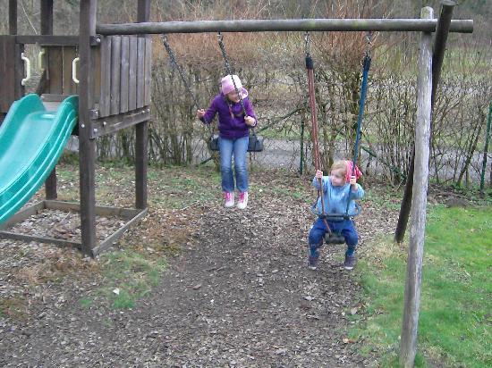 Aparthotel Frankenwald: Spielplatz hinter dem Haus